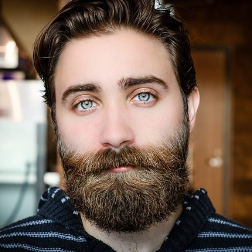 Mężczyzna z brodą i niebieskimi oczami